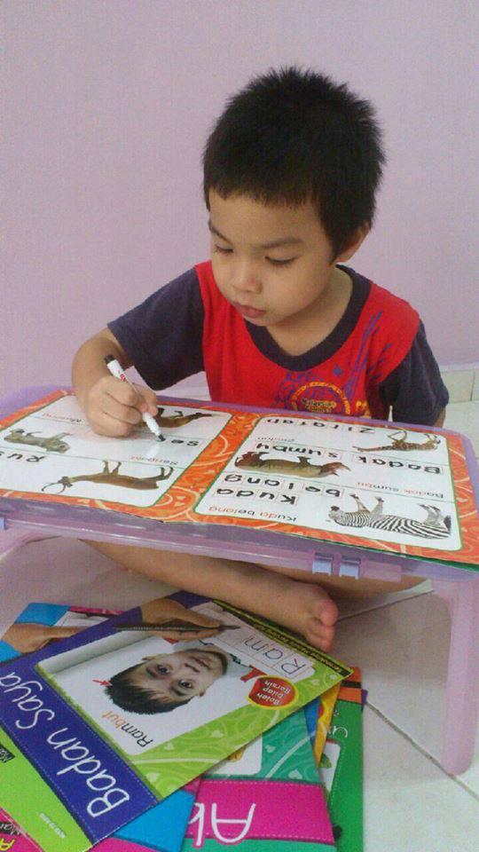 anak rajin menulis